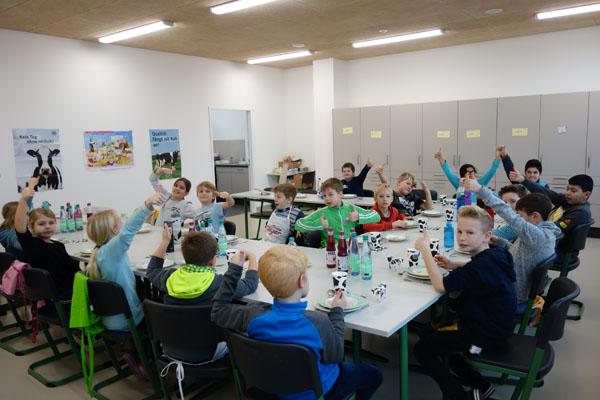 Milch ist cool und macht munter - Aktion der Landfrauen in der Hundertwasser Grundschule Leeste